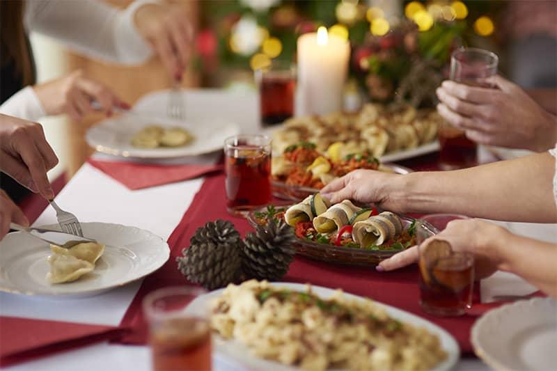 Stravizi delle feste: in agguato i disturbi gastrointestinali. Un'indagine Assosalute